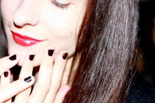 red-lips-black-nails
